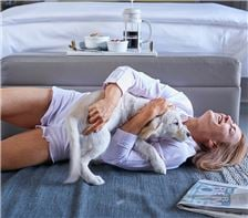 Senza Hotel - Woman with Pet